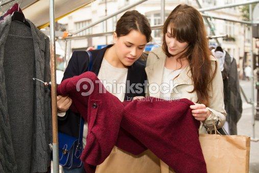 f27e3968c7 Youngs Dos Mujeres Comprando Ropa En La Calle Foto de stock - Thinkstock
