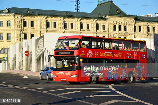 two-storey tourist bus City Sightseeing on  street Varvarka : ストックフォト