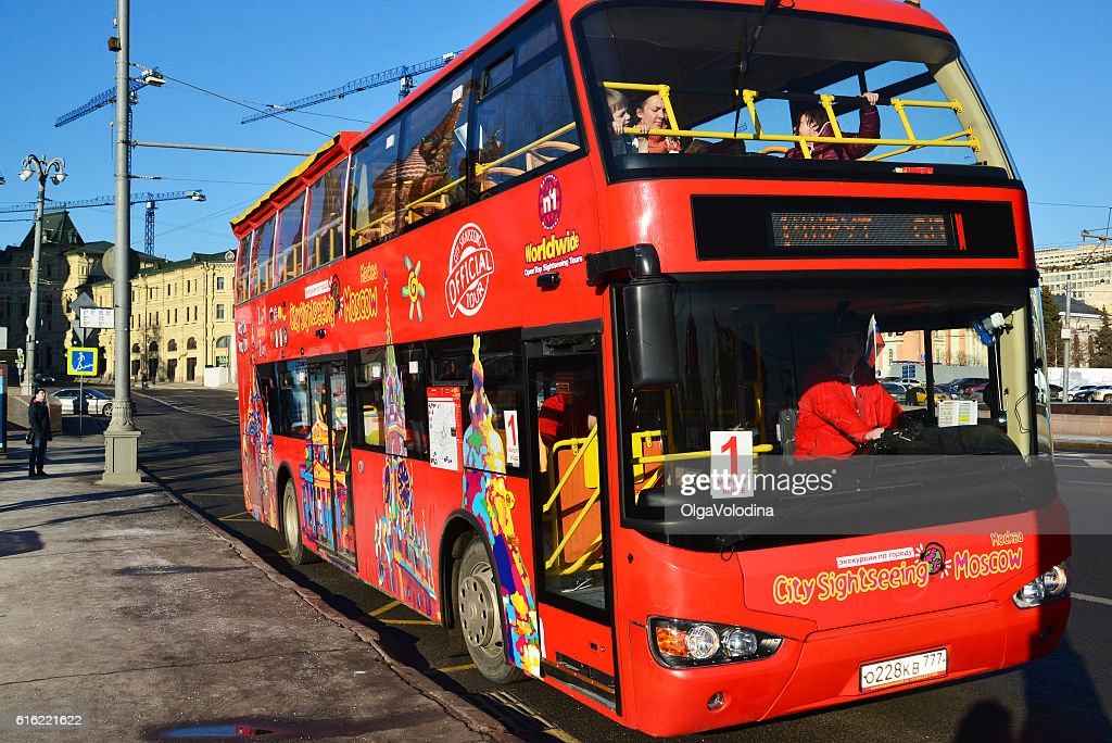 two-storey tourist bus City Sightseeing on  street Varvarka : Bildbanksbilder