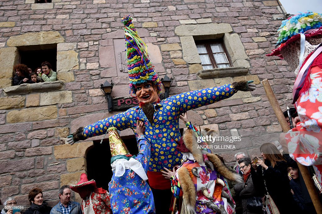 'Txatxoak' lift Miel Otxin (C), a big puppet representing a thief during the ancient carnival of Lantz, in the northern Spanish Navarre village of Lantz, on February 9, 2016. / AFP / ANDER GILLENEA