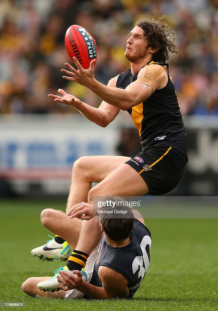 Ty Vickery of the Tigers marks the ball against <a gi-track='captionPersonalityLinkClicked' href=/galleries/search?phrase=Jarrad+Waite&family=editorial&specificpeople=224526 ng-click='$event.stopPropagation()'>Jarrad Waite</a> of the Blues during the round 21 AFL match between the Richmond Tigers and the Carlton Blues at Melbourne Cricket Ground on August 17, 2013 in Melbourne, Australia.