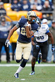 Tyler Boyd of the Pittsburgh Panthers returns a kickoff 64 yards to help set up a touchdown in the first half of the game against the Duke Blue...