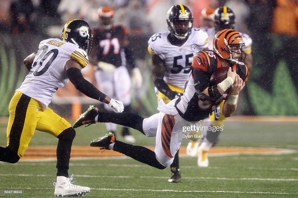 Tyler Eifert of the Cincinnati Bengals makes a reception in the fourth quarter against the Pittsburgh Steelers during the AFC Wild Card Playoff game...