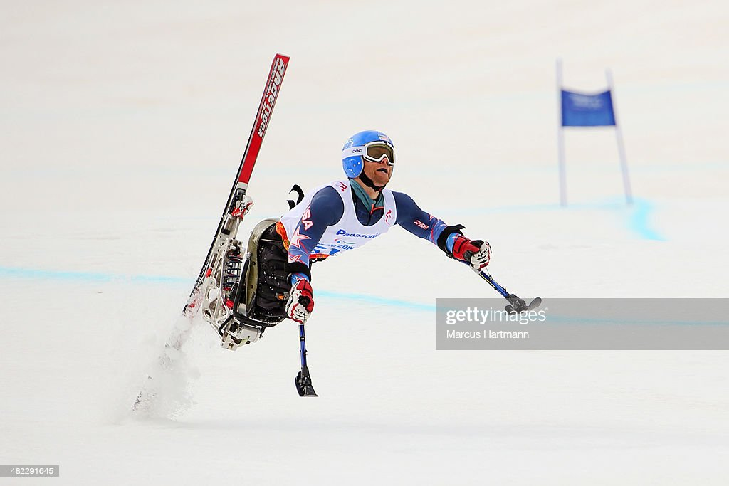 Walker (MN) United States  city photo : Tyler Walker of United States crashes in the Men's Downhill Sitting ...