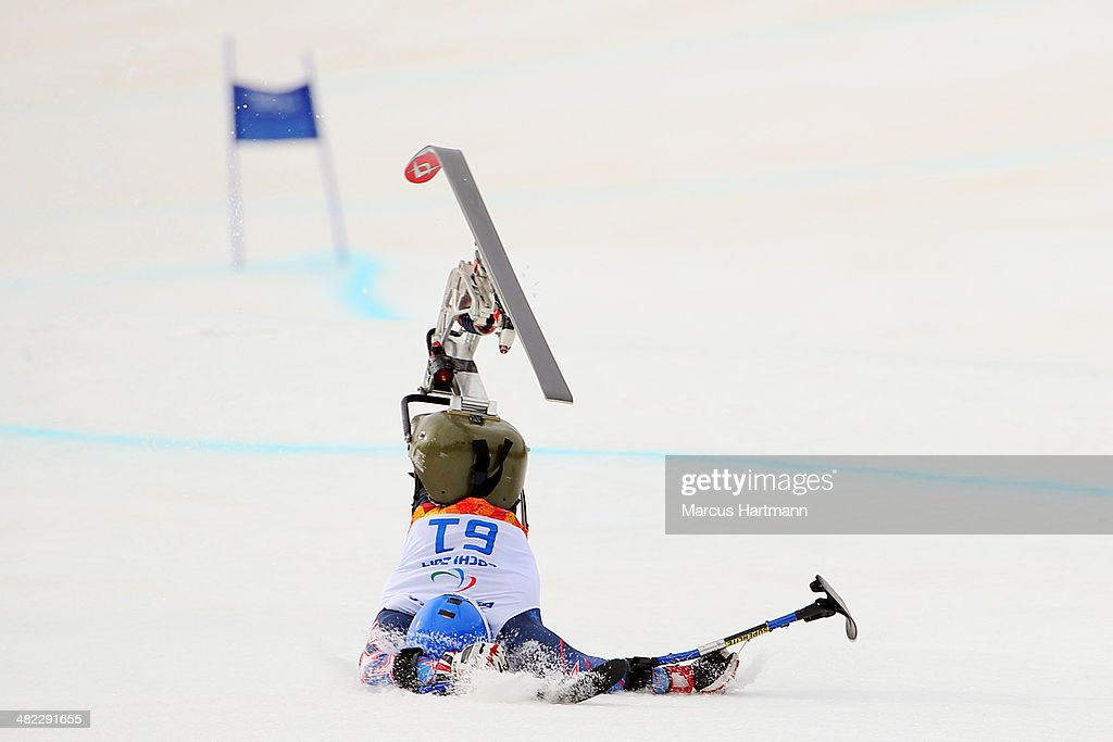 Walker (MN) United States  city images : Tyler Walker of United States crashes in the Men's Downhill Sitting ...