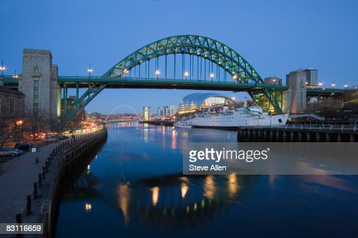 Tyne Bridge and Millennium Bridge over the River Tyne, Newcastle-upon-Tyne, United Kingdom : Foto de stock