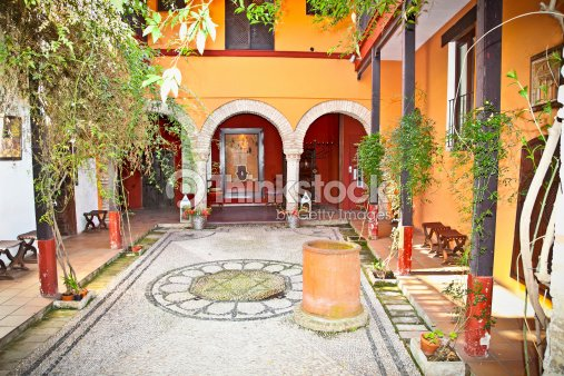 andalou typique h tel courtyard s ville en espagne photo thinkstock. Black Bedroom Furniture Sets. Home Design Ideas