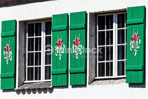 typisch deutschland fenster mit gr nen fensterl den und blumenkasten stock foto thinkstock. Black Bedroom Furniture Sets. Home Design Ideas