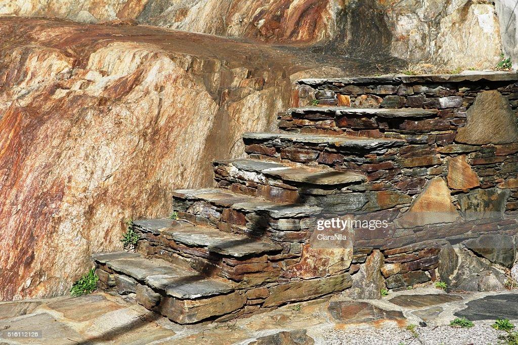 tpico las escaleras de piedra natural hecho de granito en itay foto de stock