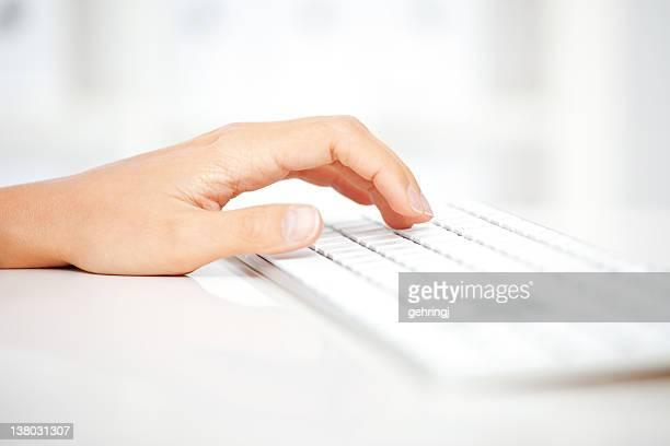 Digitando sulla tastiera del computer