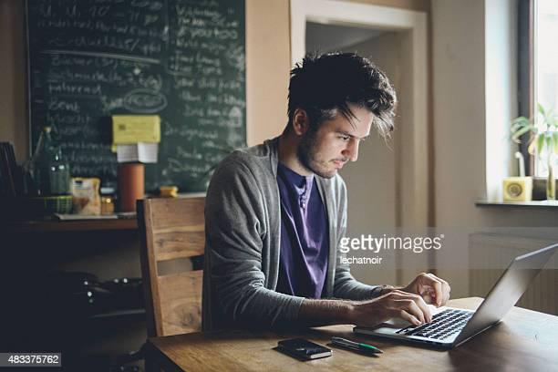 Escribiendo en computadora portátil