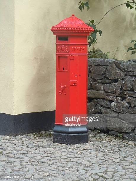 Typischer britischer roter Briefkasten aufgenommen im Folklore Freilichtmuseum bei Bunratty Castle am 21 Juli 2015