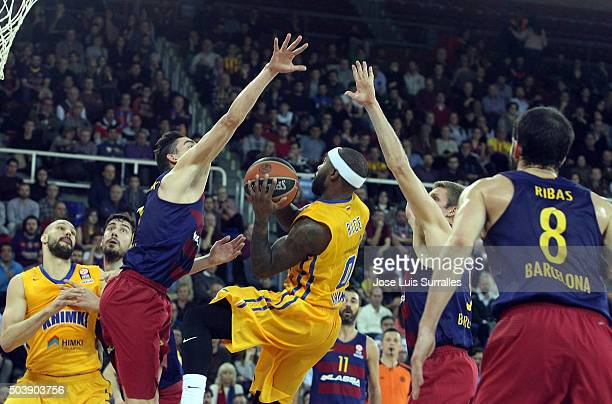 Tyrese Rice #0 of Khimki Moscow Region competes with Tomas Satoransky #13 of FC Barcelona Lassa during the Turkish Airlines Euroleague Basketball Top...