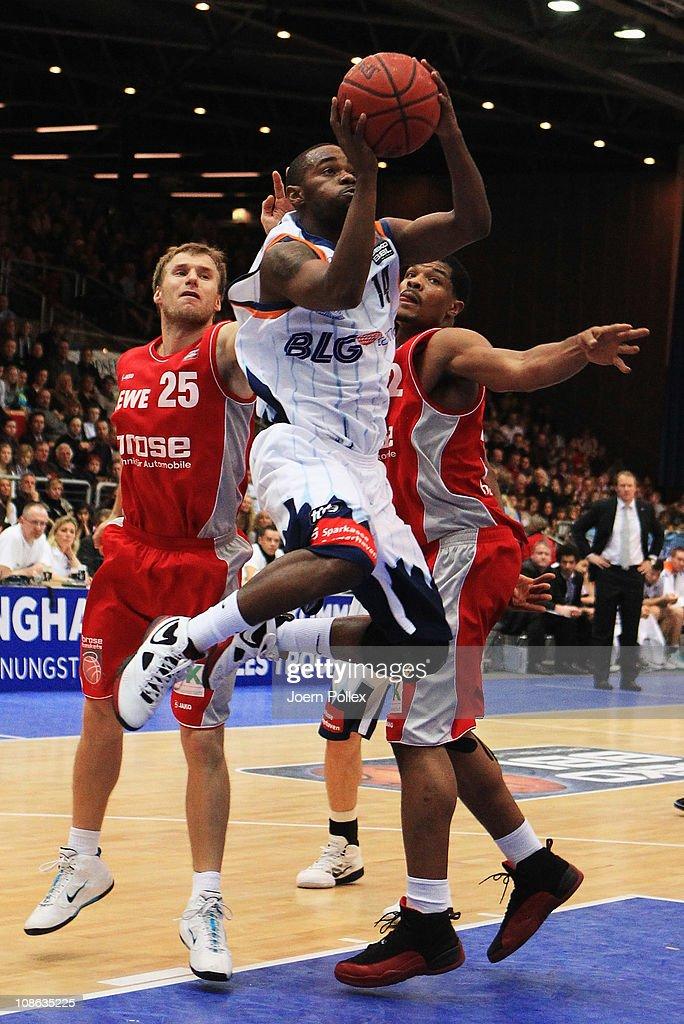 Tyrone Brazelton of Bremerhaven scores during the Basketball Bundesliga match between Eisbaeren Bremerhaven and Brose Baskets at the Stadthalle...