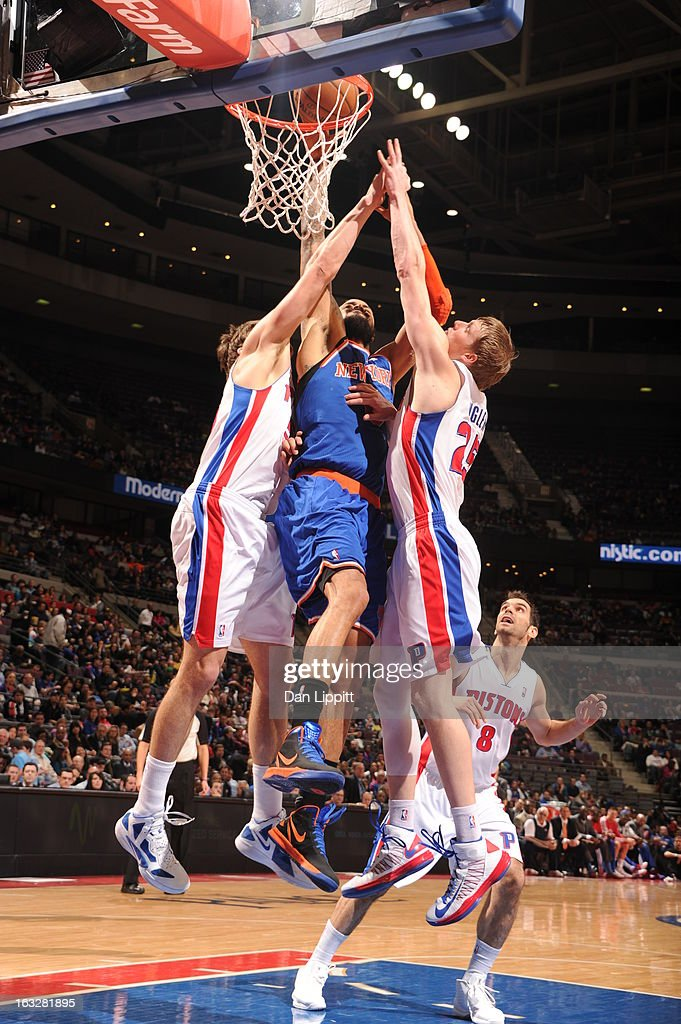 <a gi-track='captionPersonalityLinkClicked' href=/galleries/search?phrase=Tyson+Chandler&family=editorial&specificpeople=202061 ng-click='$event.stopPropagation()'>Tyson Chandler</a> #6 of the New York Knicks splits defense as he goes to the basket during the game between the Detroit Pistons and the Atlanta Hawks on March 6, 2013 at The Palace of Auburn Hills in Auburn Hills, Michigan.