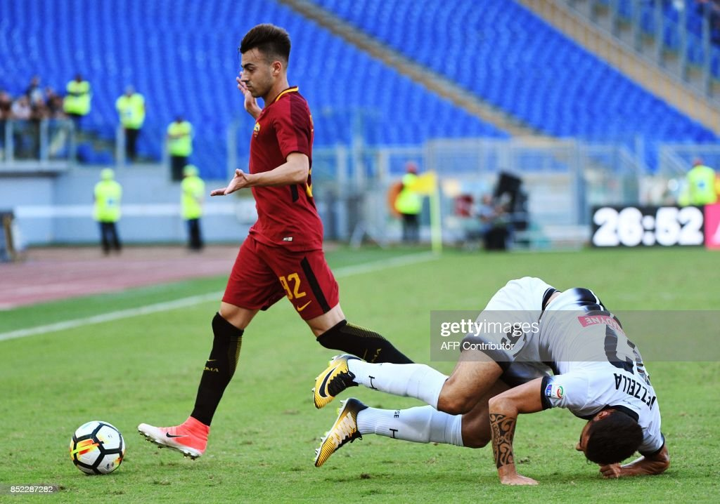 Udinese defender Giuseppe Pezzella (R) falls next to AS Roma's forward Stephan El Shaarawy during the Italian Serie A football match AS Roma vs Udinese on September 23, 2017 at the Olympic stadium in Rome. / AFP PHOTO / Vincenzo PINTO