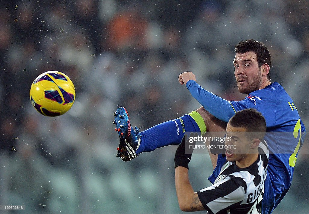 Udinese's midfielder Andrea Lazzari (R) vies with Juventus' forward Sebastian Giovinco during their Serie A football match in Turin's Juventus Stadium on January 19, 2013.