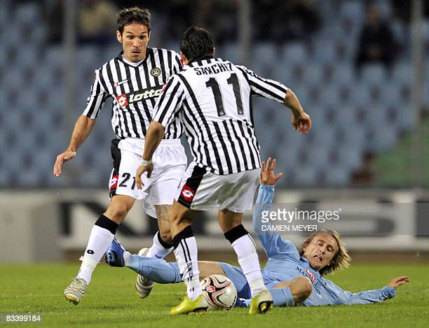 Udinese's midfielder Gaetano D'Agostino and Chilean foward Alexis Alejandro Sanchez fight for the ball with Tottenham's Croatian midfielder Luka...