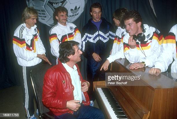 Udo Jürgens Jürgen Klinsmann Rudi Völler Lothar Matthäus Gesangsaufnahmen zur 'WMItalienLP' Aufnahmestudio Bad Homburg Ball Fußball Trainingsjacke...