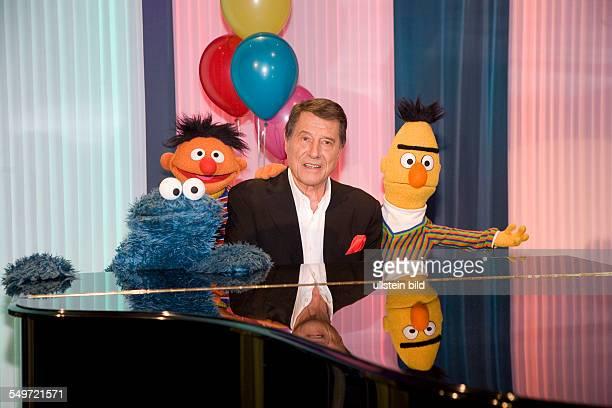 Udo Juergens mit Kruemelmonster Ernie und Bert beim Fototermin in Hamburg anlaesslich der Aufzeichnung der neuen Staffel 'Ernie Bert Songs' fuer die...