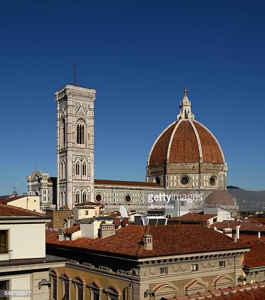 ueber den Dächern Dom Kathedrale von Florenz Santa Maria del Fiore und Glockenturm Campanile di Giotto Toskana Italien