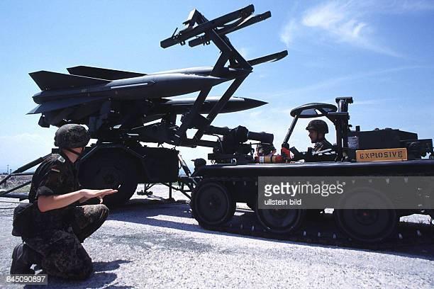 300500 NATO Uebung Dynamic Mix 2000 in GriechenlandBeladen einer HAWK Einheit© PresseBildAgentur GASPARosenheimer Str 51 83098 BrannenburgTel...