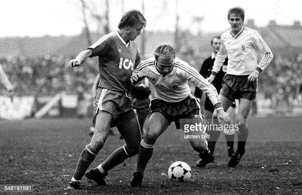 UEFAPokal 2 Runde Rückspiel Stahl Brandenburg IFK Göteborg 11 Bernd Kubowitz setzt sich gegen MatsOla Carlsson durch