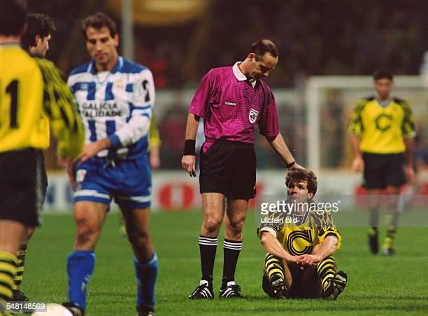 UEFAPokal Achtelfinale Rückspiel BV Borussia Dortmund Deportivo La Coruna 31 nV Der französische Schiedsrichter Joel Quiniou tröstet den am Boden...