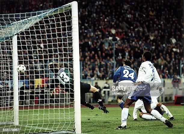 UEFAPokal Halbfinale Rückspiel FC Schalke 04 CD Teneriffa 20 Marc Wilmots hat das 20 geköpft Torwart Andersson ist machtlos
