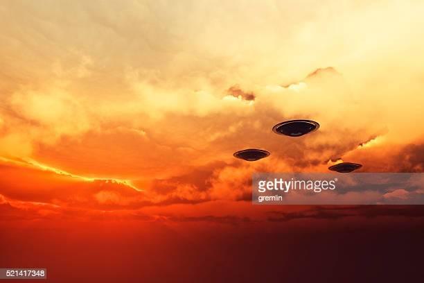 OVNI e-business volant au coucher du soleil