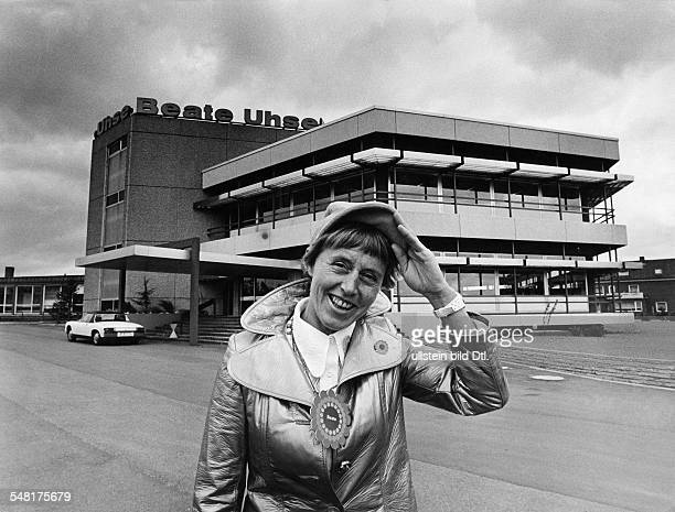 Uhse Beate * Unternehmerin Pilotin D Halbportrait vor ihrem Versandhaus in Flensburg 1971