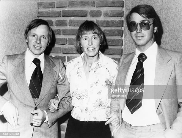 Uhse Beate * Unternehmerin Pilotin D mit ihren Soehnen Klaus Uhse und Ulli RotermundUhse 1976