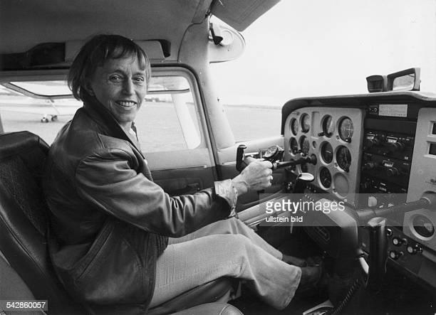 Uhse Beate *Unternehmerin Pilotin D Ganzkoerperaufnahme in einer Cessna 1972