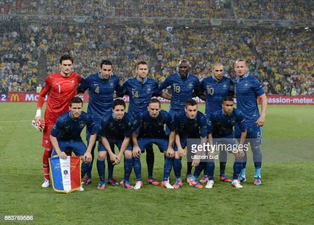 FUSSBALL EUROPAMEISTERSCHAFT Ukraine Frankreich Teamfoto Frankreich im Regen hintere Reihe von links Torwart Hugo Lloris Adil Rami Jeremy Menez Alou...