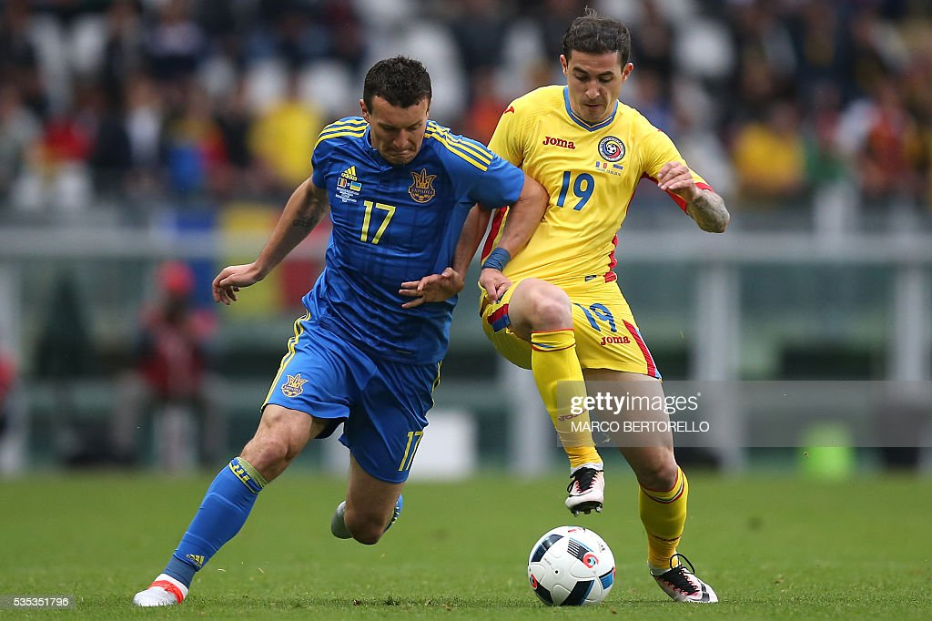 Ukraine's defender Artem Fedetskyy (L) fights for the ball with Romania's forward Bogdan Stancu during the international friendly football match between Romania Vs Ukraine at 'Grande Torino Stadium' in Turin, on May 29, 2016. / AFP / MARCO