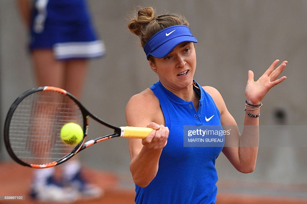 Ukraine's Elina Svitolina hits a return to Romania's Sorana Cirstea during their women's first round match at the Roland Garros 2016 French Tennis Open in Paris on May 24, 2016. / AFP / MARTIN