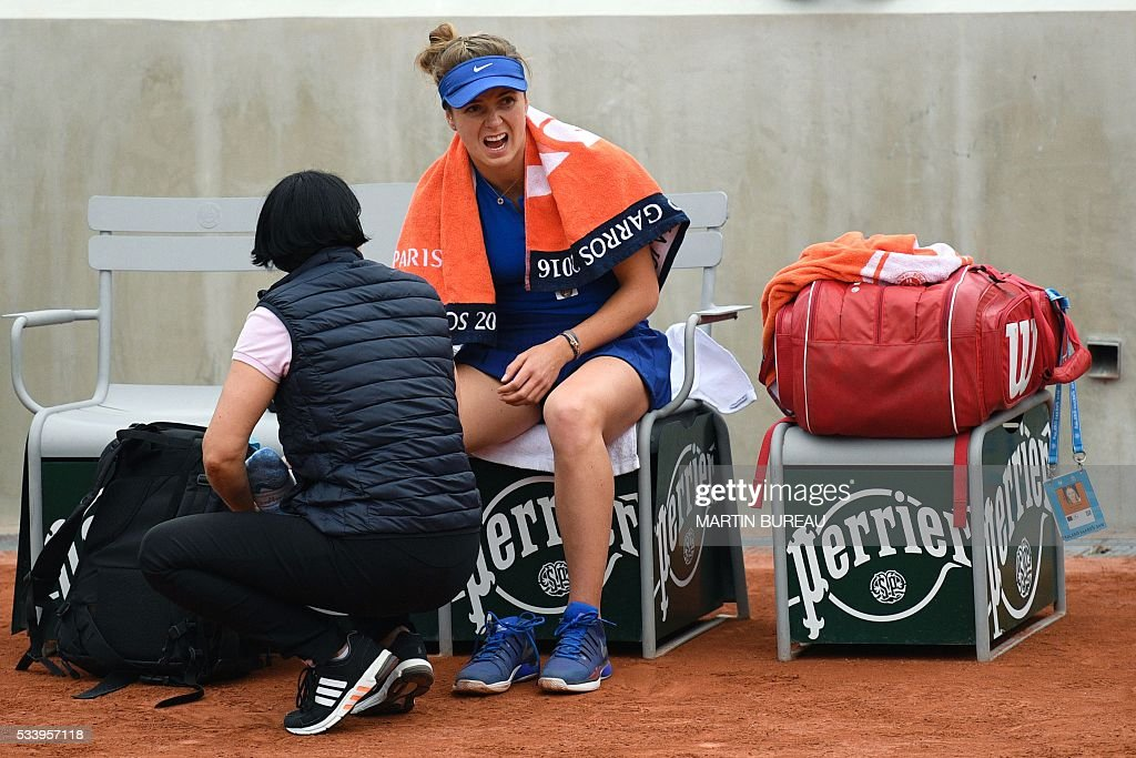 Ukraine's Elina Svitolina is treated during her game against Romania's Sorana Cirstea on their women's first round match at the Roland Garros 2016 French Tennis Open in Paris on May 24, 2016. / AFP / MARTIN