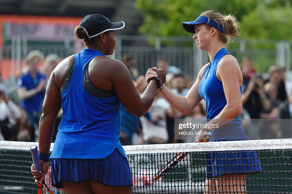 Ukraine's Elina Svitolina (R) shakes hands with the US's Taylor Townsend after winning their women's second round match at the Roland Garros 2016 French Tennis Open in Paris on May 26, 2016. / AFP / MIGUEL