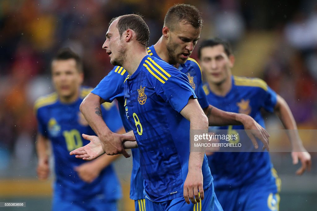 Ukraine's forward Roman Zozulya (L) celebrates after scoring during the international friendly football match between Romania and Ukraine at 'Grande Torino Stadium' in Turin, on May 29, 2016. / AFP / MARCO