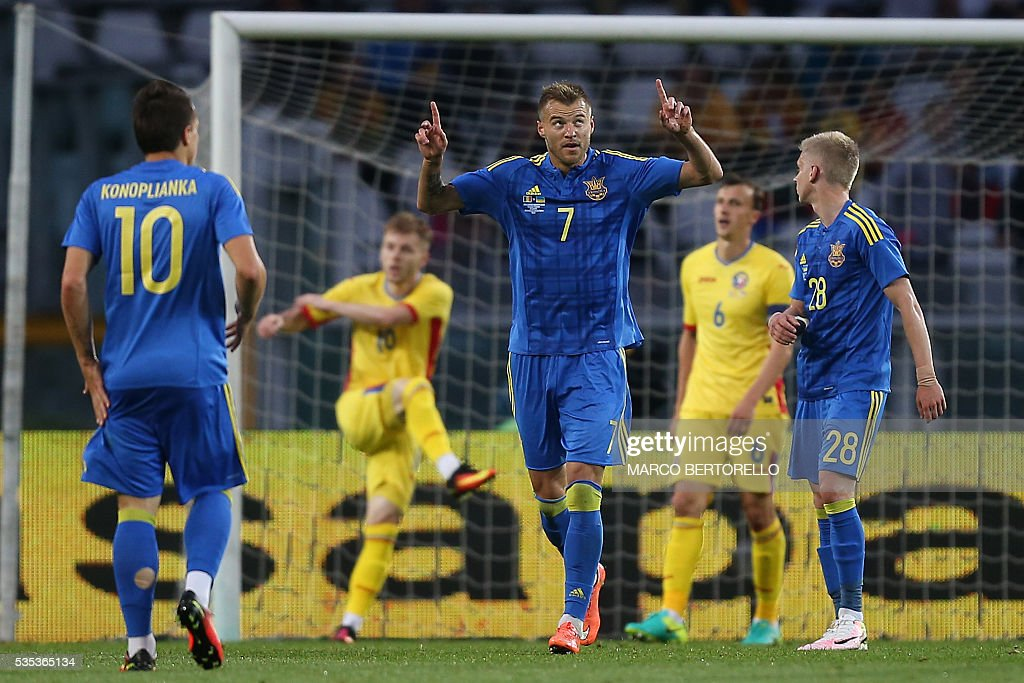 Ukraine's midfielder Andrii Iarmolenko (C) celebrates after scoring after scoring during the international friendly football match between Romania and Ukraine at 'Grande Torino Stadium' in Turin, on May 29, 2016. / AFP / MARCO