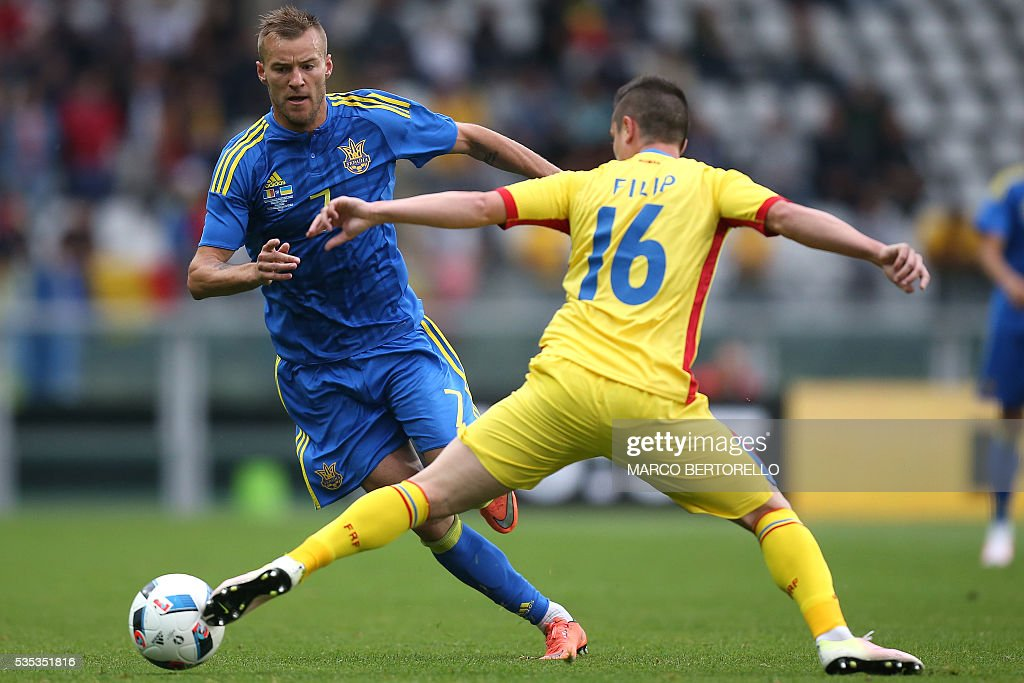 Ukraine's midfielder Andrii Iarmolenko (L) fights for the ball with Romania's defender Steliano Filip during the international friendly football match between Romania Vs Ukraine at 'Grande Torino Stadium' in Turin, on May 29, 2016. / AFP / MARCO