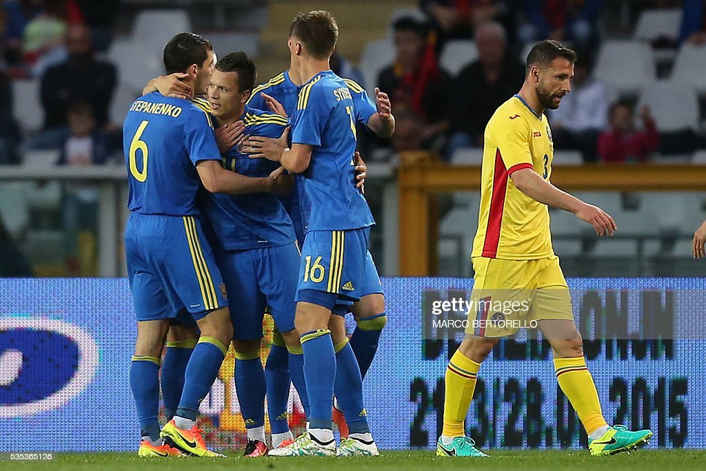 Ukraine's midfielder Yevhen Konoplyanka (2ndL) celebrates with teammates after scoring during the international friendly football match between Romania and Ukraine at 'Grande Torino Stadium' in Turin, on May 29, 2016. / AFP / MARCO