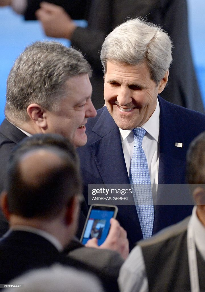 Ukraine's president Petro Poroshenko (L) and US Secretary of State John Kerry greet each other as they meet during the 52nd Munich Security Conference (MSC) in Munich, southern Germany, on February 13, 2016. / AFP / dpa / Andreas Gebert / Germany OUT