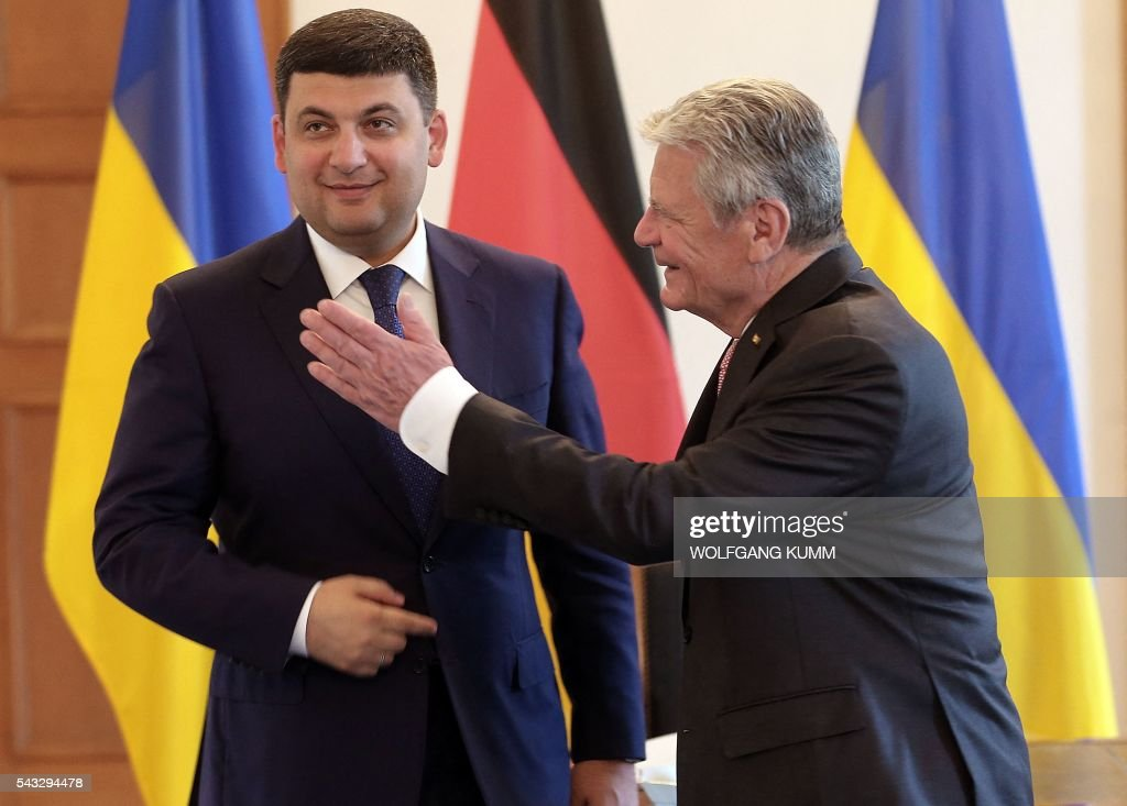 Ukraine's Prime Minister Volodymyr Groysman (L) meets with German President Joachim Gauck at Bellevue Palace in Berlin on June 27, 2016. / AFP / dpa / Wolfgang Kumm / Germany OUT