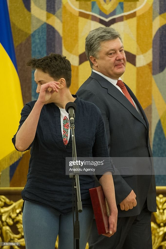 Ukrainian President Petro Poroshenko (R) and released Ukrainian pilot Nadiya Savchenko (L) hold a joint press conference in the President's Administration in Kiev, Ukraine, May 25, 2016.