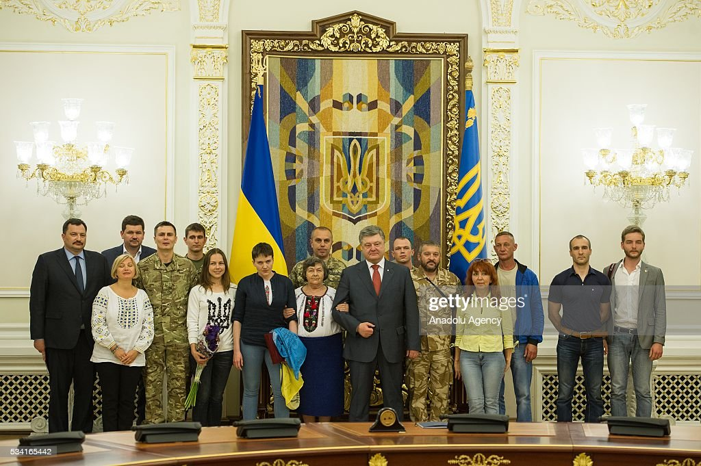 Ukrainian President Petro Poroshenko and released Ukrainian pilot Nadiya Savchenko pose for a group picture after a joint press conference in the President's Administration in Kiev, Ukraine, May 25, 2016.