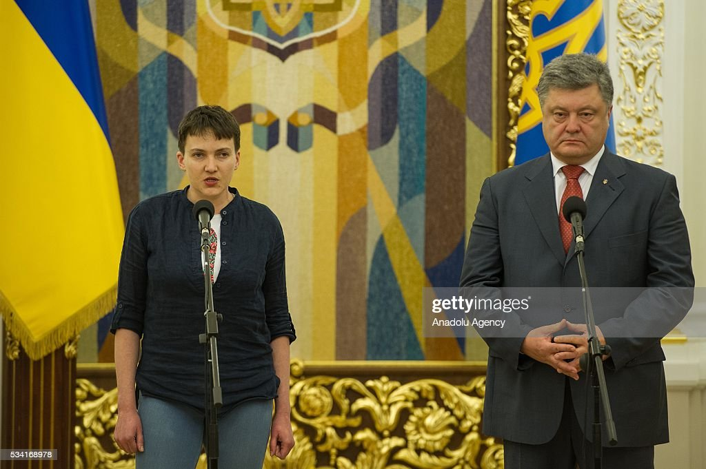 Ukrainian President Petro Poroshenko (R) and released Ukrainian pilot Nadiya Savchenko (L) hold a joint press conference in the President's Administration in Kiev, Ukraine, May 25, 2016.