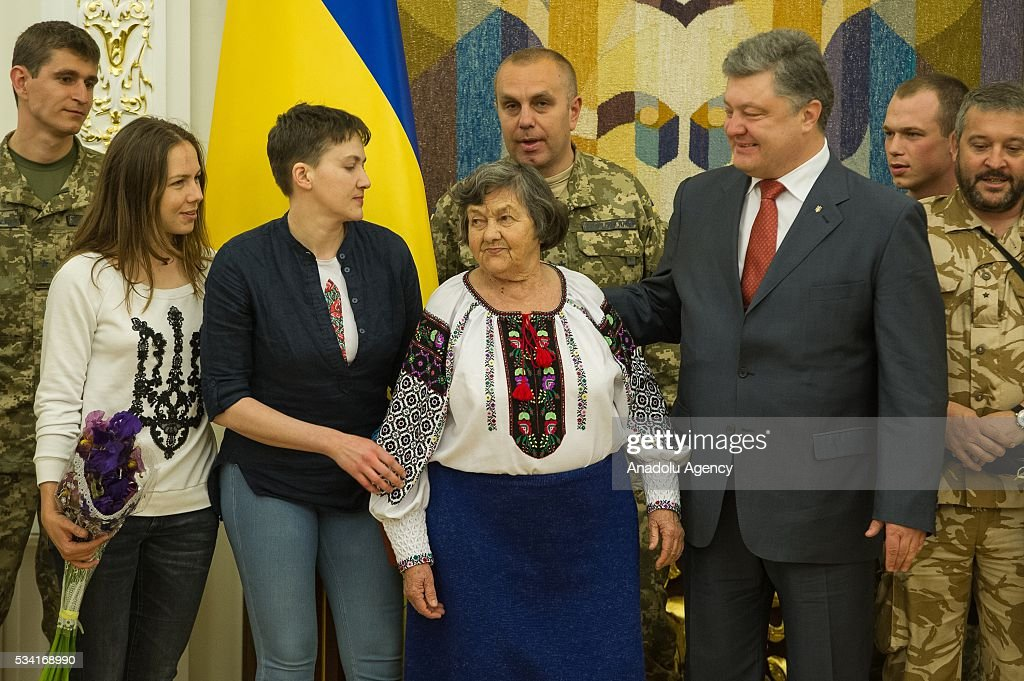 Ukrainian President Petro Poroshenko (right), released Ukrainian pilot Nadiya Savchenko (second left), her sister Vira (left) and their mother Mariya (center) take a picture during the joint press conference in the President's Administration in Kiev, Ukraine, May 25, 2016.