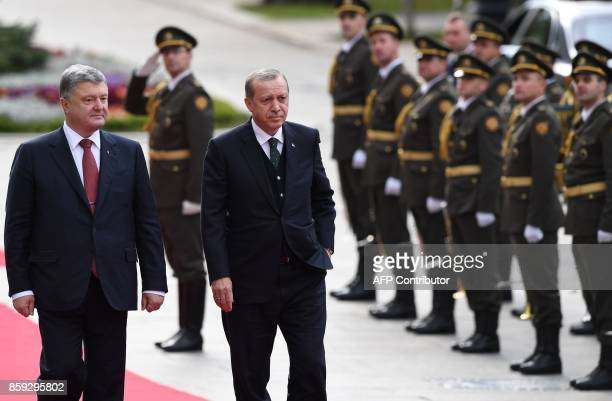 Ukrainian President Petro Poroshenko welcomes his Turkish counterpart Recep Tayyip Erdogan as they review the guard of honour during a welcome...