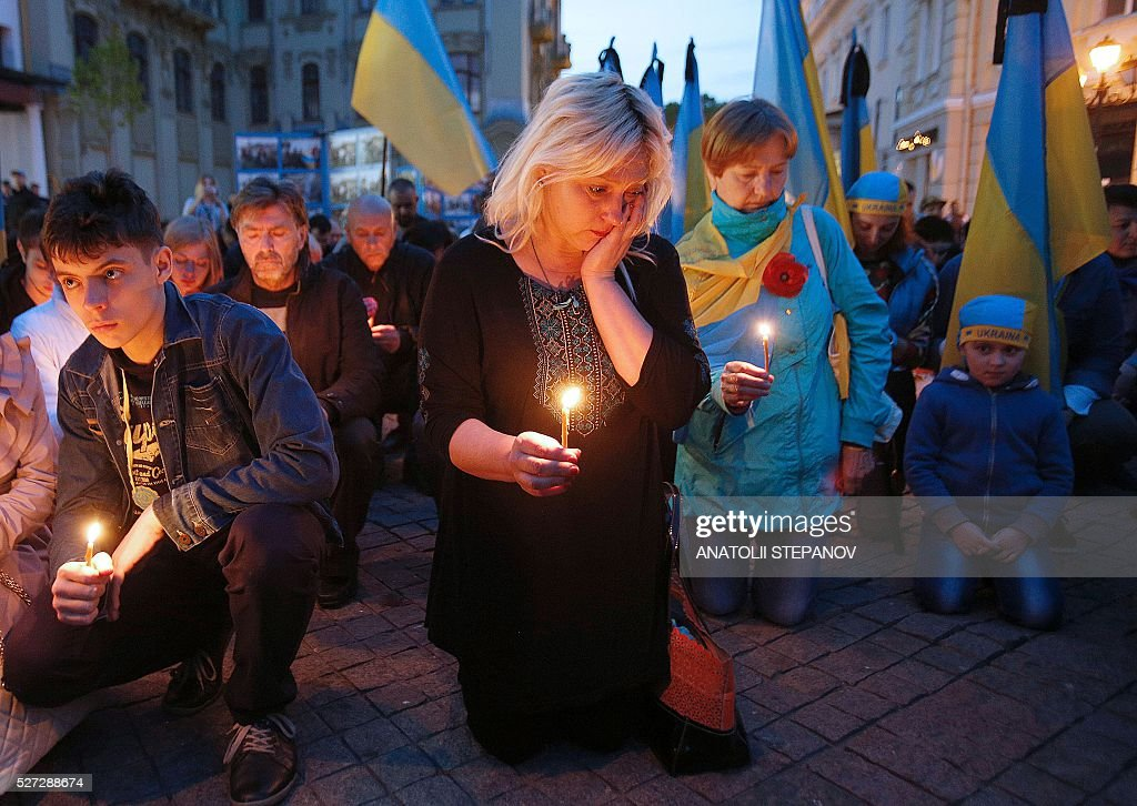 Ukrainians hold a candlelight vigil in Odessa on May 2, 2016 during commemorations marking two years since clashes between Moscow and Kiev supporters killed 48 in a building inferno. / AFP / ANATOLII